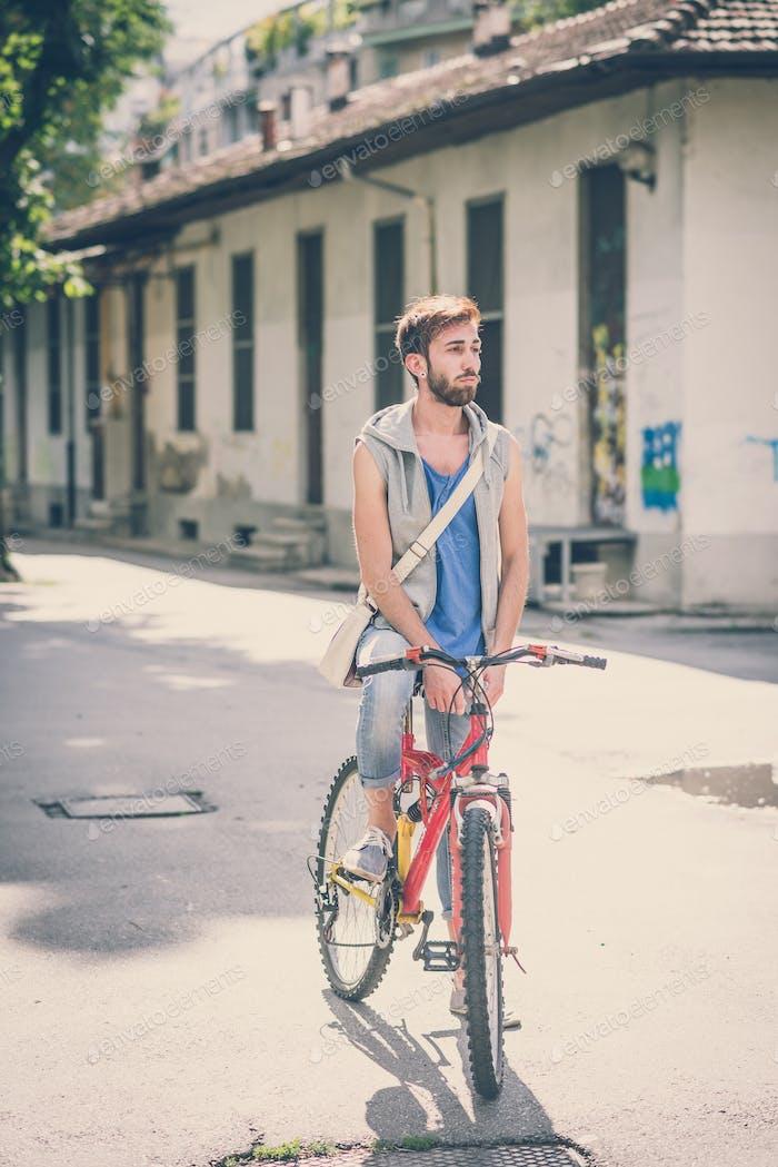 junge hipster Homosexuell Mann mit Fahrrad
