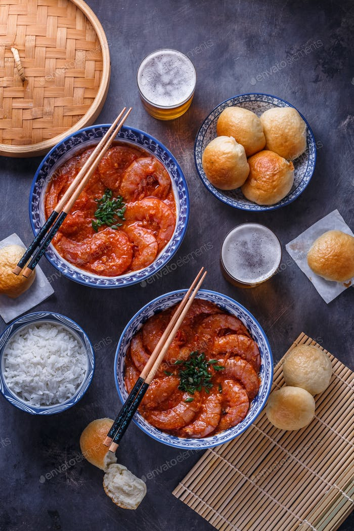 Shrimp in chili sauce with rice and beer