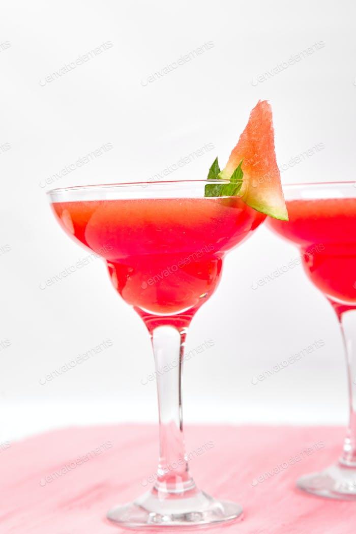 Wassermelone Margarita Cocktail auf rosa Hintergrund. Frische Wassermelone Limonade