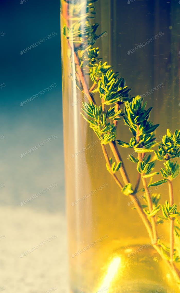 Flasche mit Olivenöl