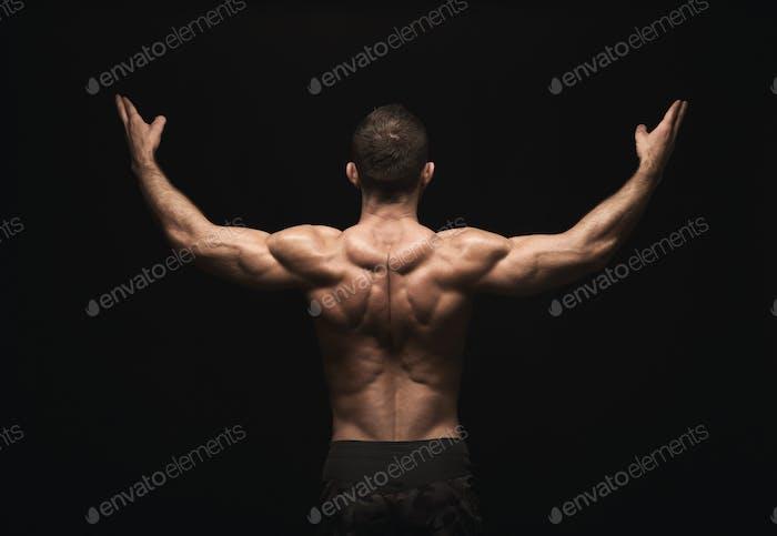 Unerkennbarer Mann zeigt starke Rückenmuskulatur Nahaufnahme