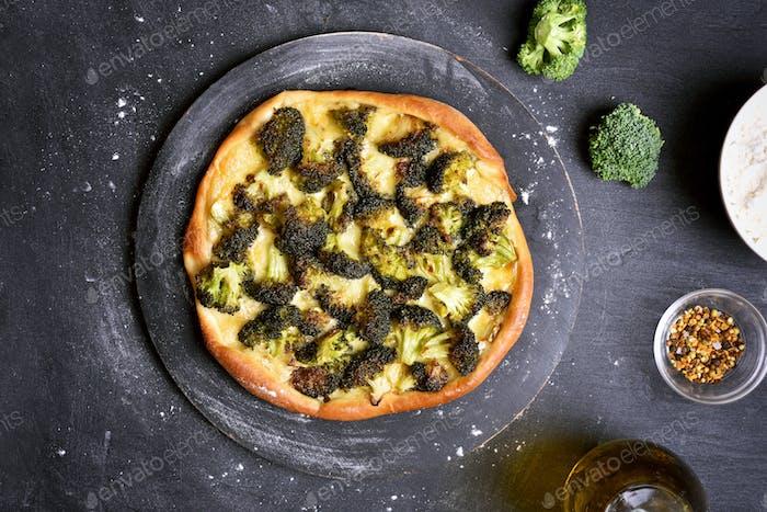 Pizza mit Brokkoli und Käse