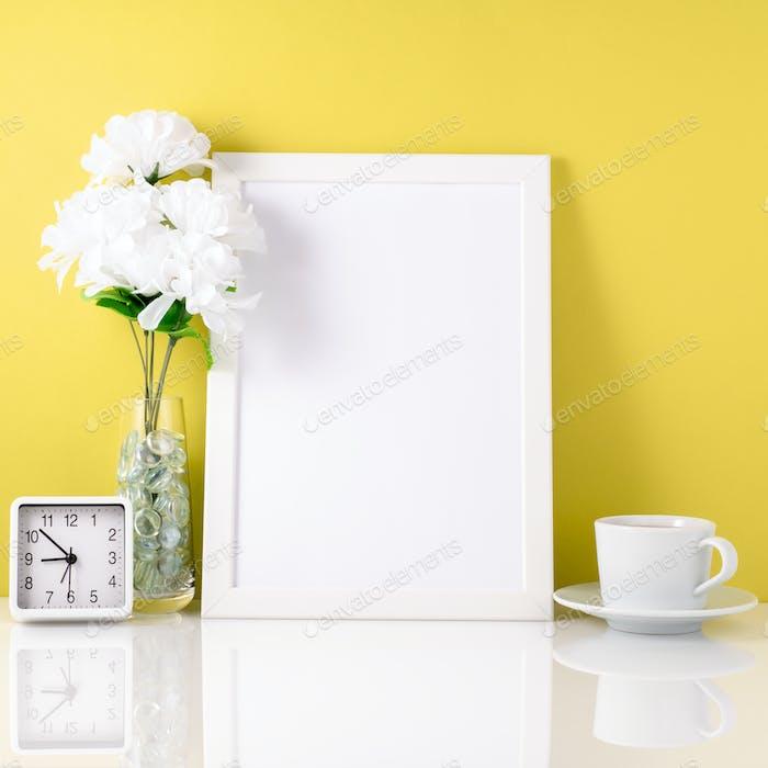 Weißer Rahmen, Blume in Vase, Tasse mit Tee oder Kaffee, Uhr auf wh
