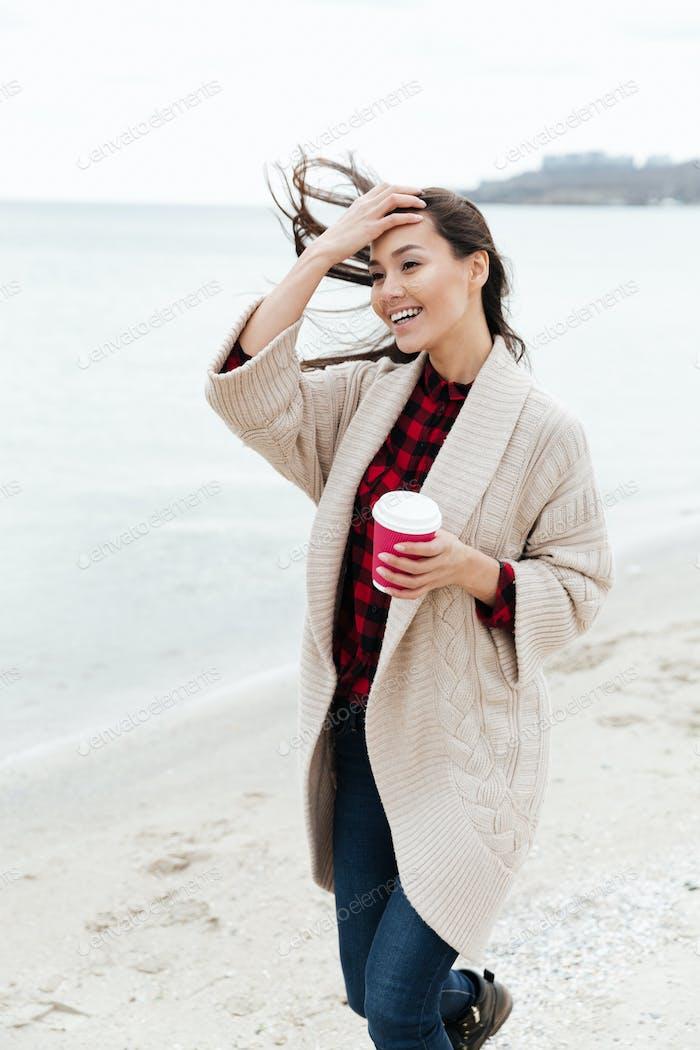 Erstaunlich junge kaukasische Dame zu Fuß im freien am Strand