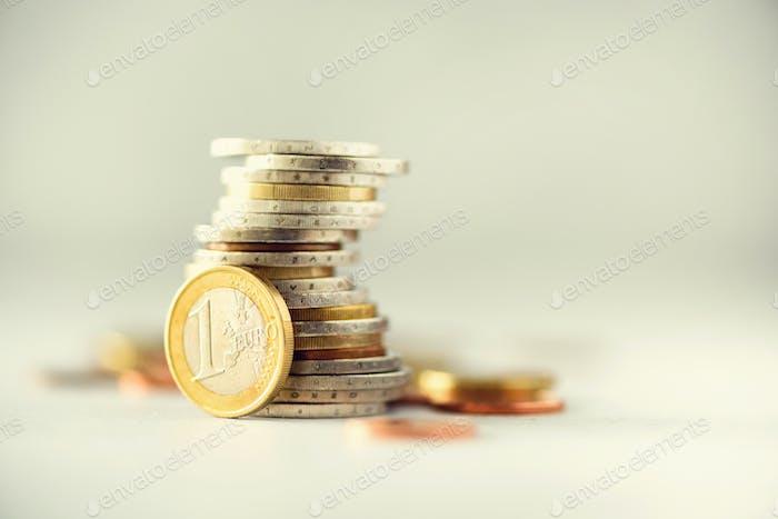 Euro-Geld, Währung. Erfolg, Reichtum und Armut, Armen Konzept. Euro-Münzen Stapel auf grau