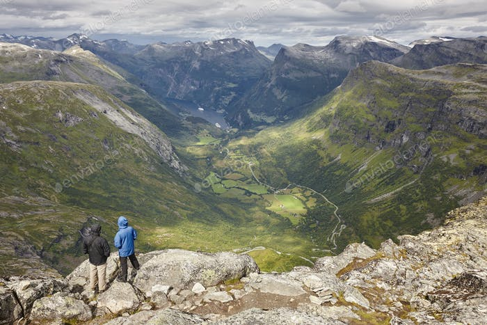 Wanderer. Norwegische felsige Berglandschaft. Norwegen Highlight. Horizontal