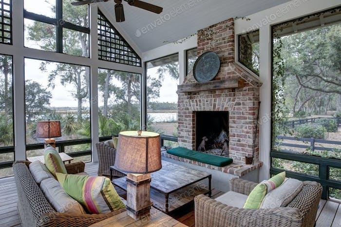 Luxuriöse Drei-Jahres-Bildschirm Veranda mit Kamin, Blick auf das Wasser Eigentum.