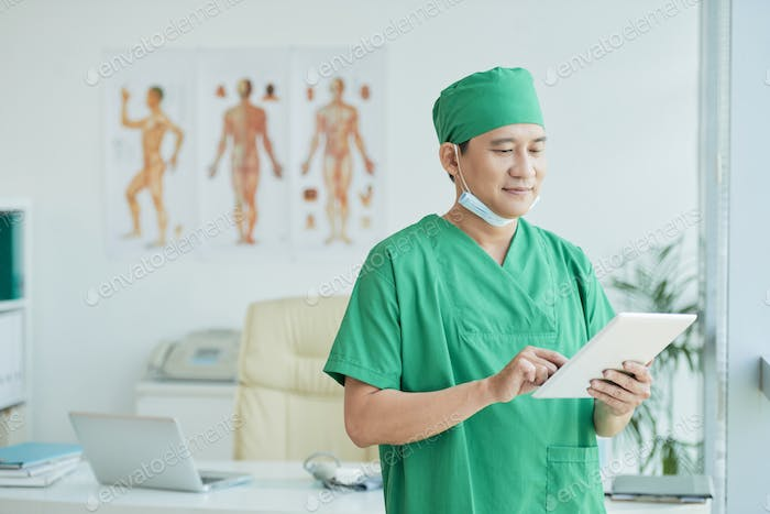 Surgeon with tablet