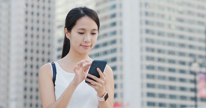 Frau Nutzung des Mobiltelefons in der Stadt