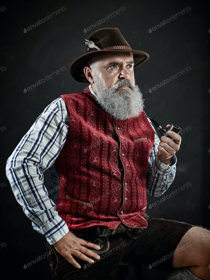 яркий портрет старшего курение табачной трубы