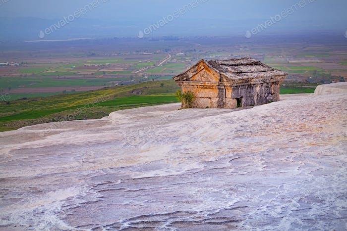 Antikes Grab auf Travertinhügeln in Hierapolis in der Nähe von Pamukkale, Türkei