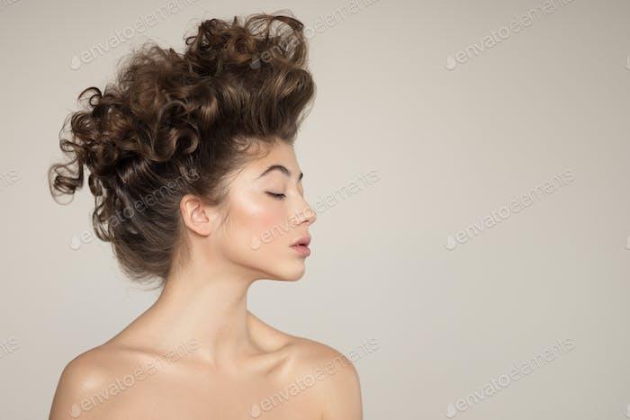 Портрет молодой женщины. Творческая прическа.