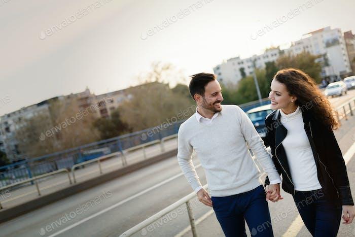 Glückliches junges Paar zu Fuß Hand in Hand