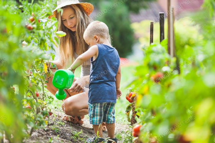 Niedlich Kleinkind helphing Mama in den Garten