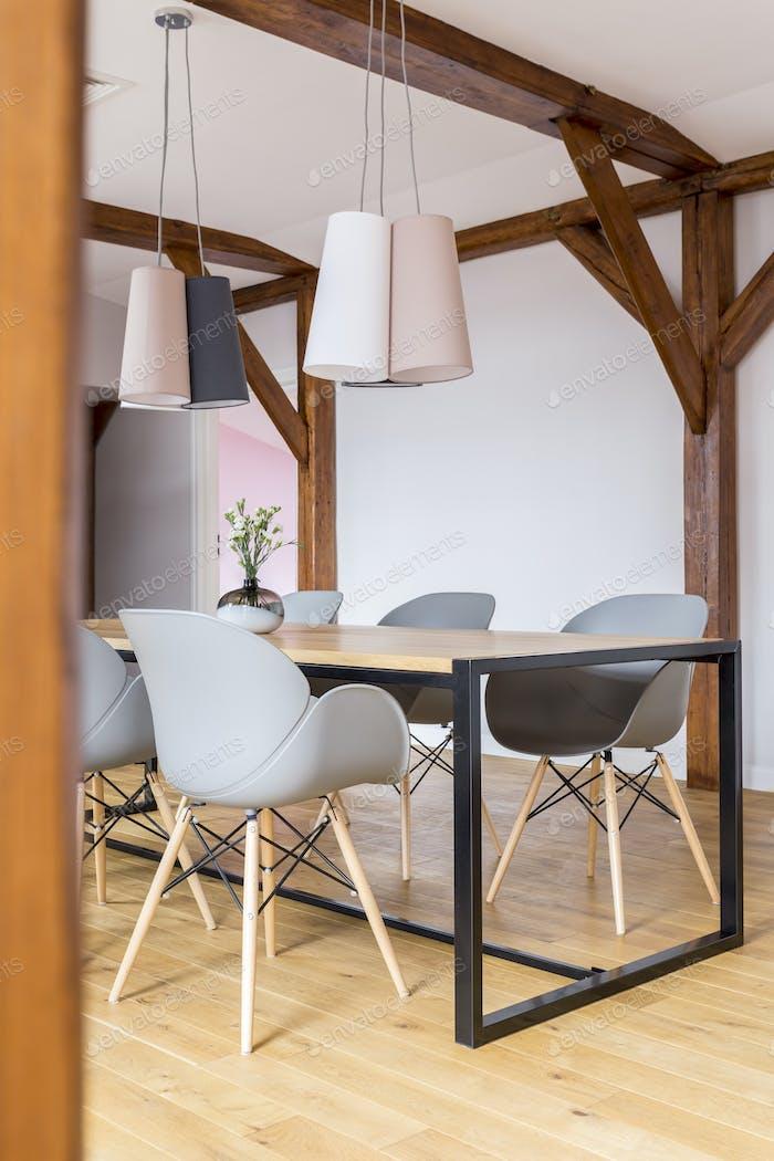 Esstisch mit grauen Stühlen