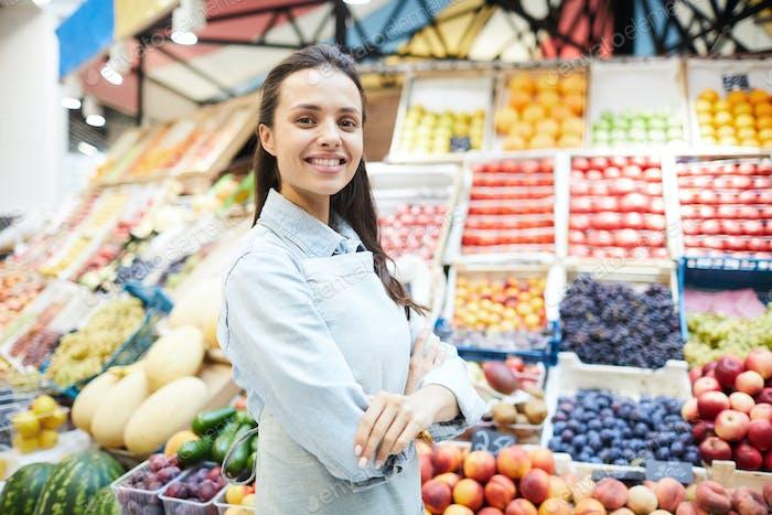 Selbstbewusster Einzelhändler auf dem Landwirtschaftsmarkt