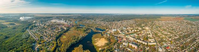 Dobrush, Region Gomel, Weißrussland. Luftaufnahme von Skyline Stadtbild im Sommertag.  Panorama