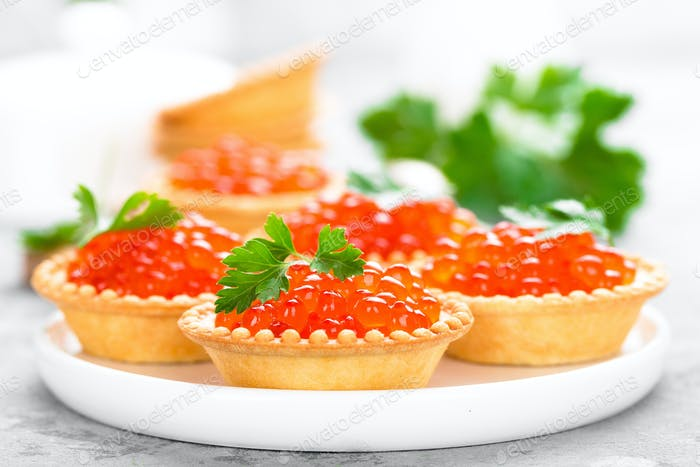 Törtchen mit rotem Lachs Fischkaviar, Lachskaviar. Kaviar