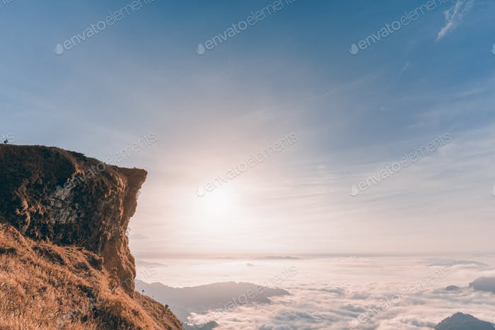 Vintage-Stil Sonnenaufgang am Berg
