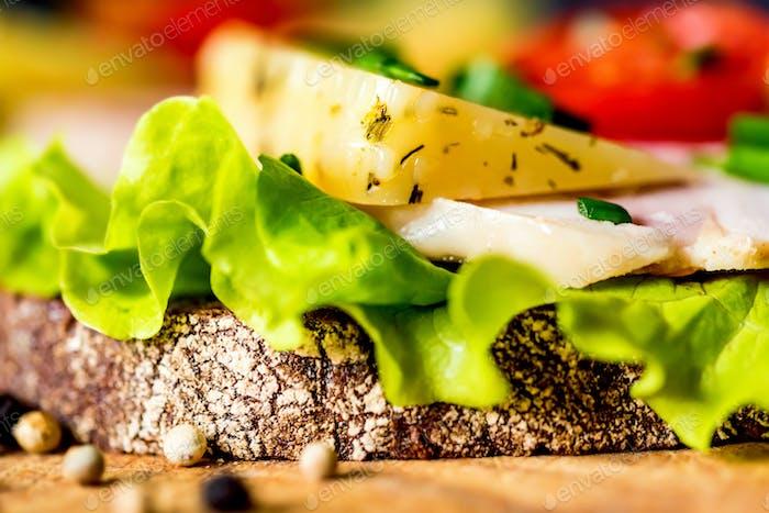 Sandwiches mit Käse, Truthahn, Salat und Tomaten
