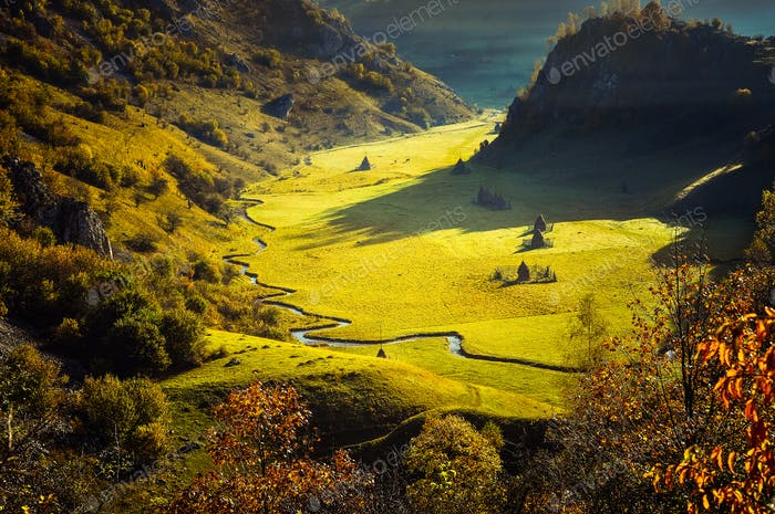 Fee Herbst Landschaft mit bunten Wald. Rumänien
