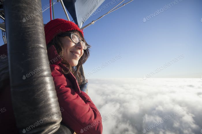 Frau reist in einem Heißluftballon.