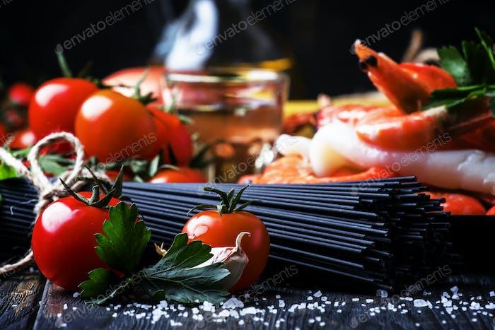 Schwarze Spaghetti, Kirschtomaten, Weißwein, Garnelen, Tintenfisch, Stillleben in Low Key