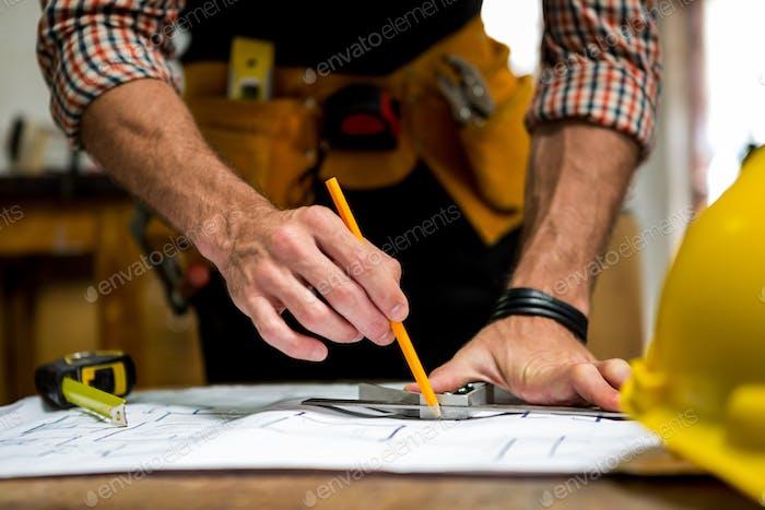 Zimmermann arbeitet an seinem Handwerk