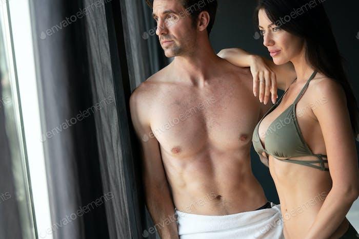 Attraktive Mann und Frau im Schlafzimmer zusammen kuscheln sexy