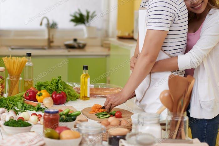 Ehemann kochen Abendessen