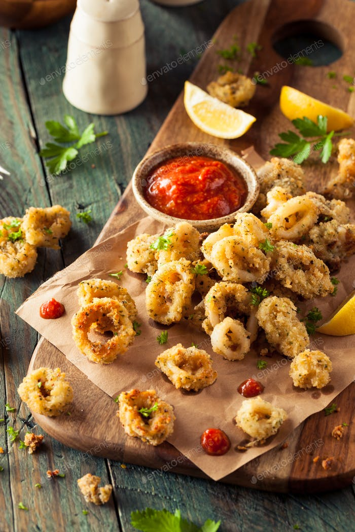 Hausgemachte panierte gebratene Calamari