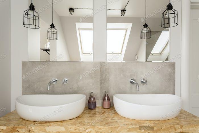 Яркий интерьер ванной комнаты на чердаке