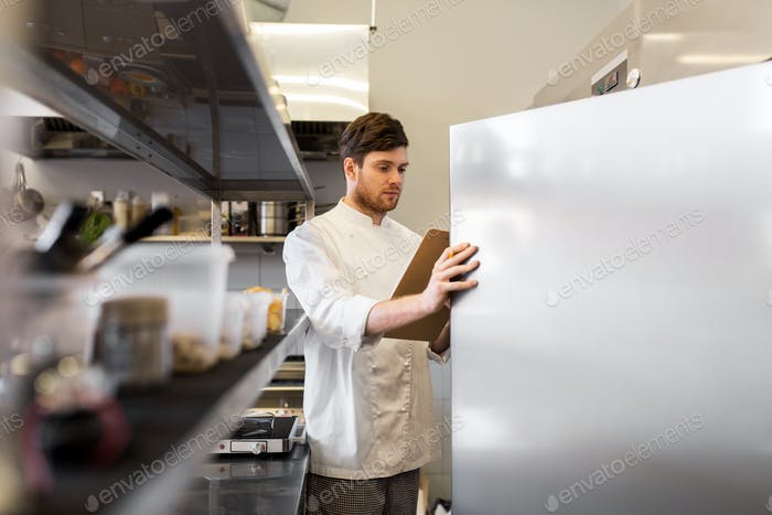Küchenchef mit Zwischenablage tun Inventar in Küche