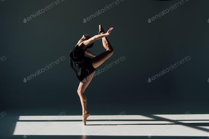 schöne junge Ballerina, die im Sonnenlicht tanzt