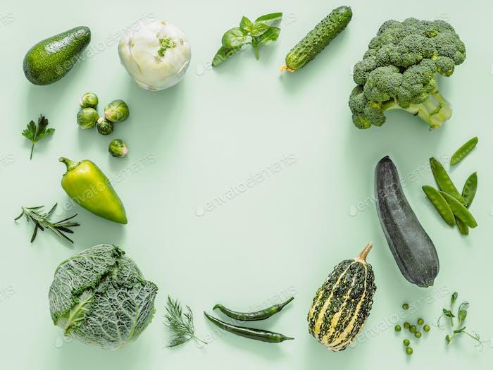 Grünes Gemüse auf grünem Hintergrund, Kopierraum