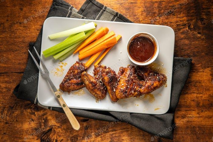 Gegrillte Hähnchenflügel mit BBQ-Sauce.