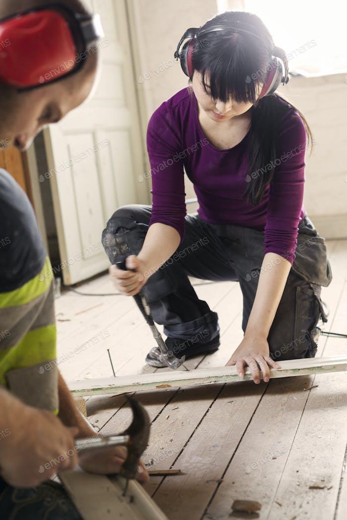Пара работает на ремонт старого чердака