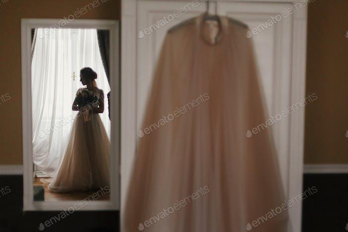 Happy Bride Porträt im stilvollen Kleid, mit perfektem Make-up, Lächeln und Träumen