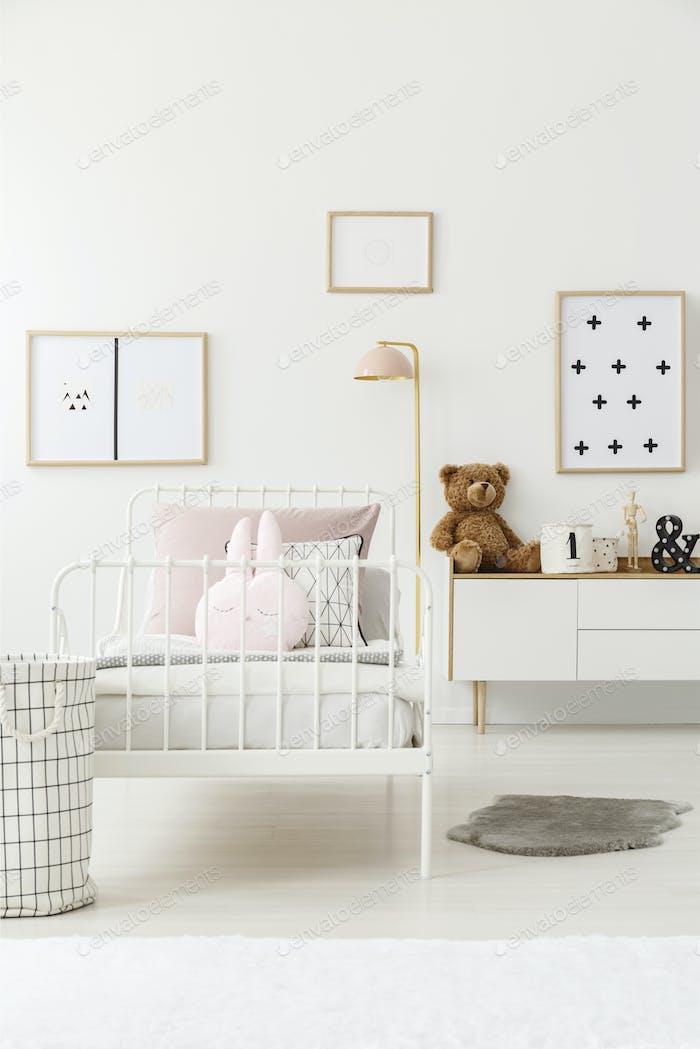 Kinderbett im Zimmer