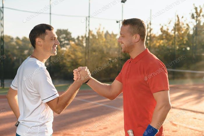 Zwei Freunde beim Händeschütteln
