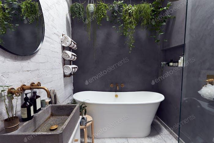 Interior vacío de baño contemporáneo con bañera de pie
