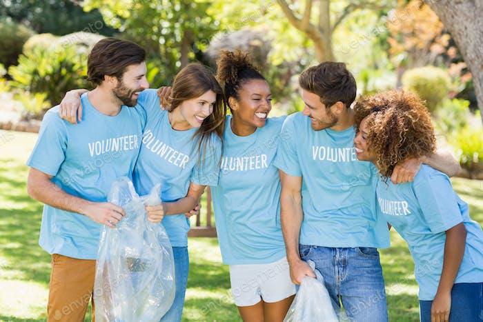 Grupo de voluntarios divirtiéndose