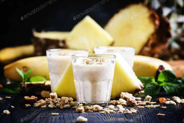 smoothies with banana, pineapple and granola