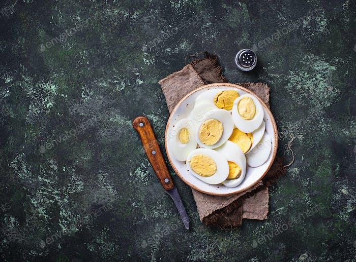 Gekochte geschnittene Hühnereier auf dem Teller