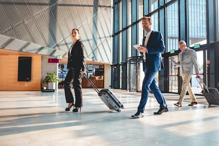 Personas de negocios en la sala del aeropuerto