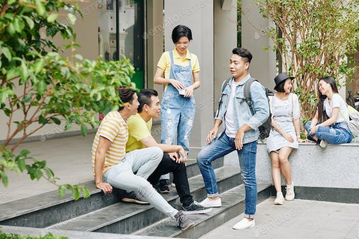 Estudiantes universitarios en el campus