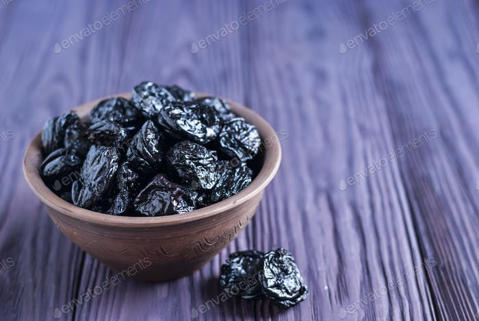 Heap of juicy prunes in bowl