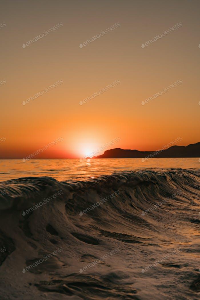 Seestück mit klarem Himmel und Wellen bei Sonnenuntergang