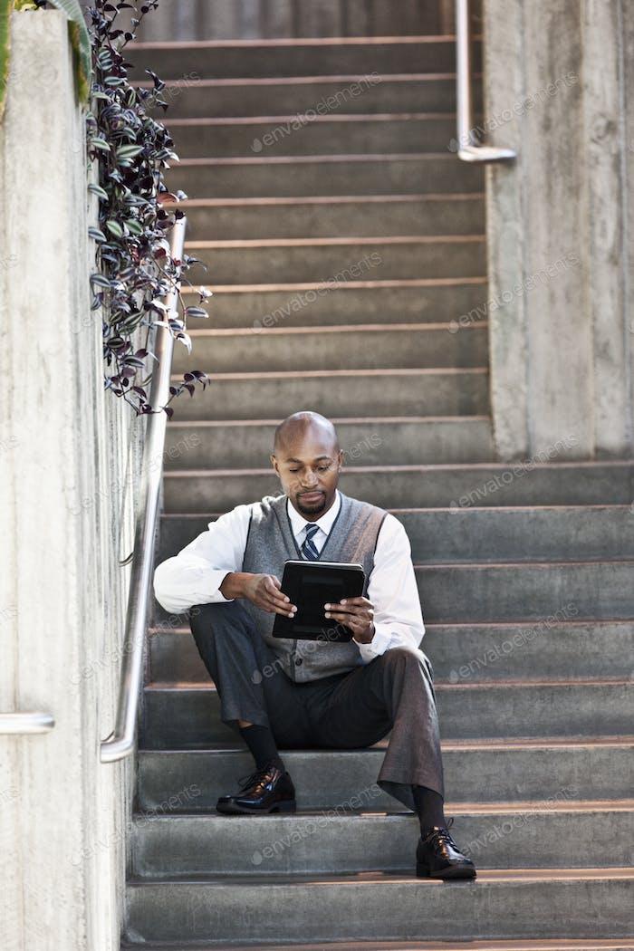 Hombre negro persona de negocios en un centro de negocios.