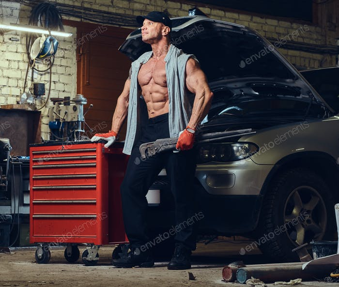 Человек в гараже.